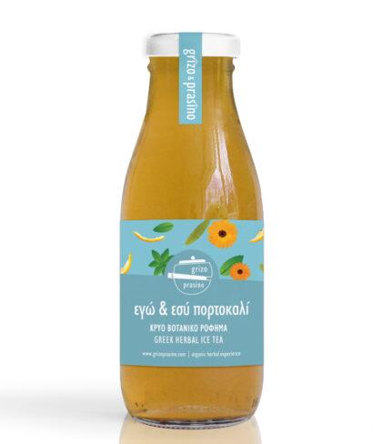 """Ένα γυάλινο μπουκάλια από κρύο βοτανικό ρόφημα """"εγώ & εσύ πορτοκαλί"""" με λίγη ζάχαρη"""