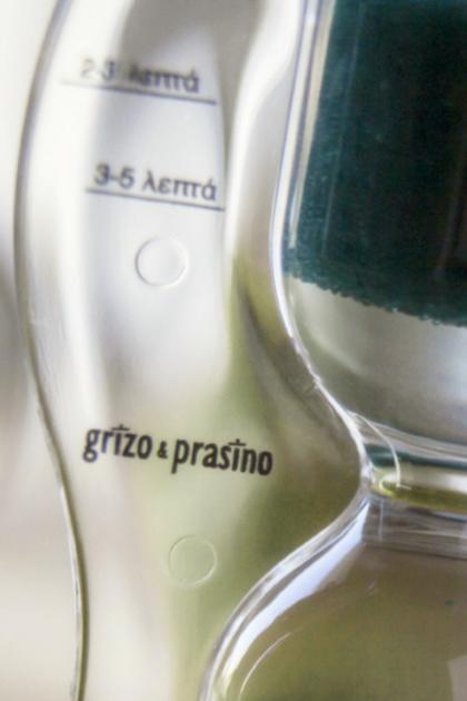 Κοντινή λήψη της επιγραφής grizo & prasino πάνω στην κλεψύδρα