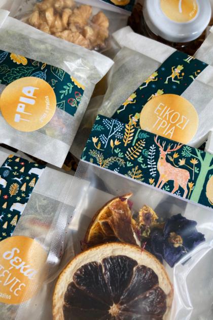 Εσωτερικό του βοτανικού advent calendar, μικρές συσκευασίες με βότανα, ξηρούς καρπούς και αποξηραμένα φρούτα