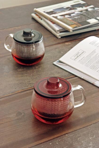 Δύο κούπες με τσάι, περιοδικά και βιβλία πάνω σε τραπέζι