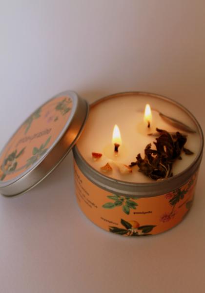 Αναμένο κερί exhale, φυτικό κερί σόγιας με αιθέρια έλαια και αποξηραμένα βότανα.
